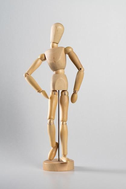 Bambola di legno posata come se stesse camminando in avanti Foto Gratuite
