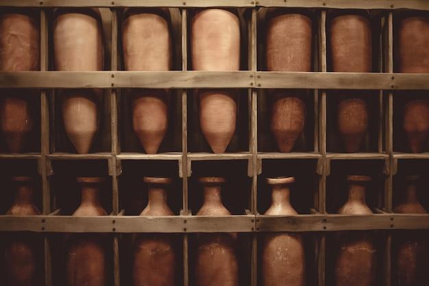 Ripiano in legno riempito con vaso in ceramica vintage Foto Gratuite