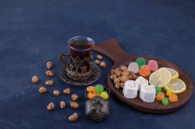 マーマレードとお茶1杯の木製スナック盛り合わせ 無料写真