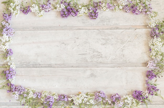 Fondo De Madera Rosa Con Flores Moradas: Wooden Surface With Frame Made Of Purple And White Flowers