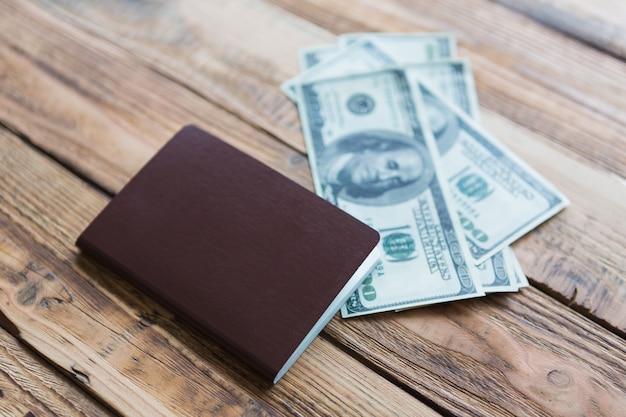 Деревянная поверхность с паспортом и счетов Бесплатные Фотографии
