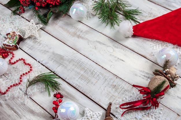 Деревянный стол с рождественскими украшениями с копией пространства для текста. Бесплатные Фотографии