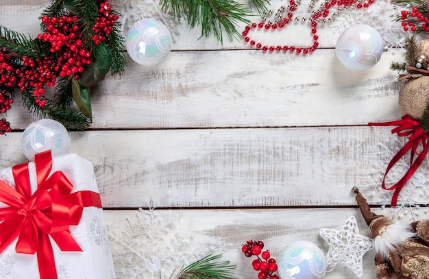 テキスト用のコピースペースとクリスマスの装飾が施された木製のテーブル。 無料写真