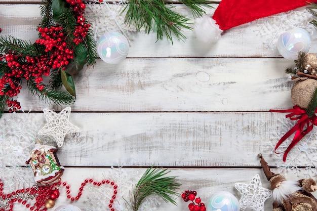 Деревянный стол с рождественскими украшениями с копией пространства для текста Бесплатные Фотографии