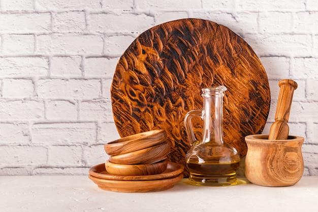白いテーブルの上の木製食器 Premium写真