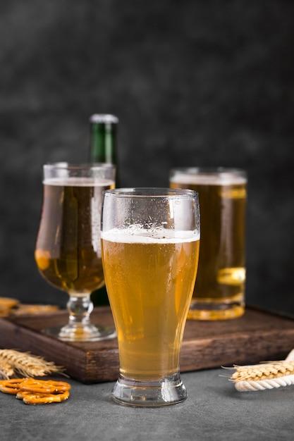 ビールのグラスと木製トレイ Premium写真