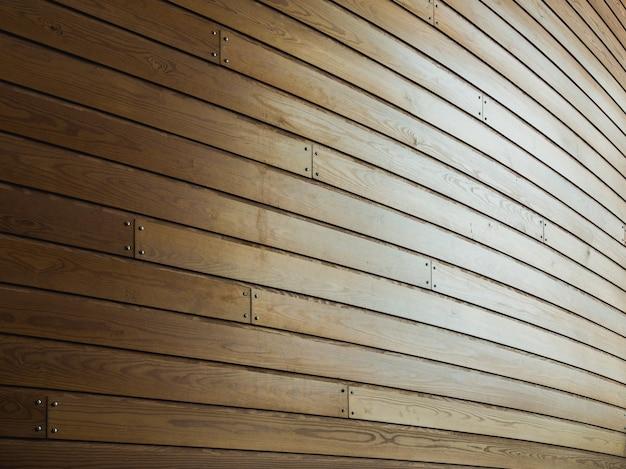 햇빛 아래에 손톱으로 나무 벽 무료 사진