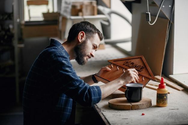 コーダーに接着剤を塗布する木工 無料写真