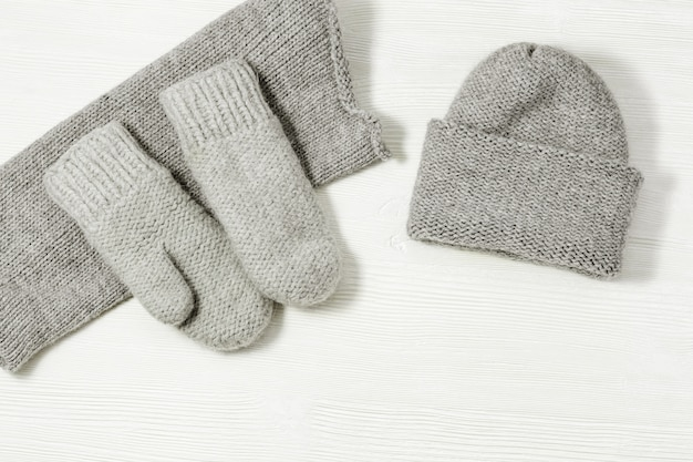 Woolen knitted clothing, wool cap, mittens and scarf. Premium Photo