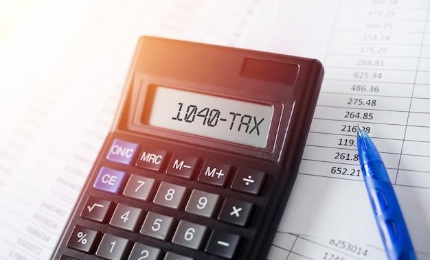 Word 1040 налог на калькуляторе. бизнес и налоговая концепция. Premium Фотографии