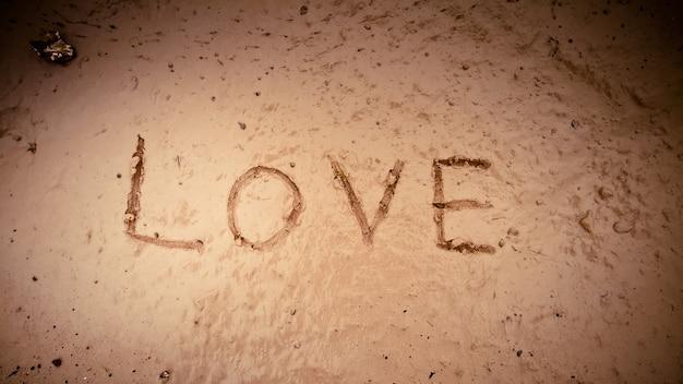Слово любовь на грязи Бесплатные Фотографии