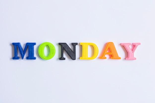 월요일 화려한 단어로 만든 단어 프리미엄 사진