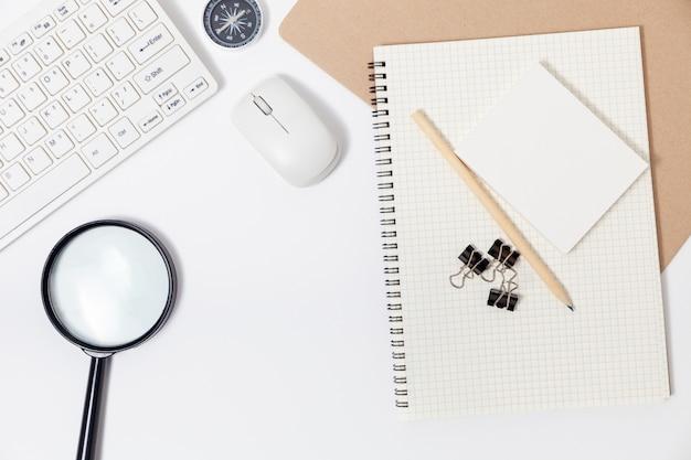 ホームテーブルの背景にビジネスオブジェクトの在宅コンセプトで動作します。 Premium写真