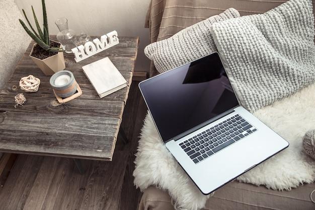 소파에서 컴퓨터로 집에서 일하다 무료 사진