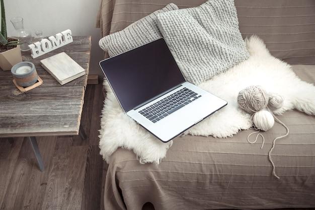 집에서 소파에 컴퓨터를 놓고 일하다 무료 사진