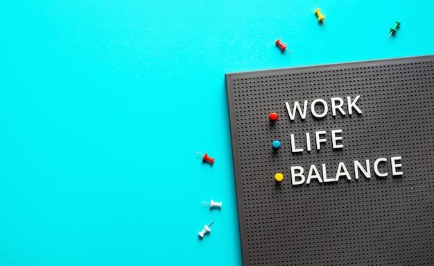 Концепция баланса работы и жизни с текстом на цветном столе table.positive эмоции к успеху.body здоровый. управление бизнесом Premium Фотографии