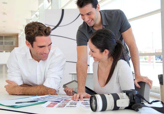 Work meeting in photo agency Premium Photo