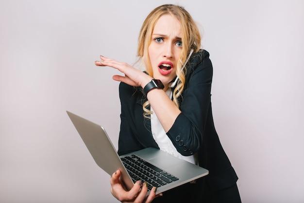 Tempo di ufficio del lavoro di giovane imprenditrice impegnata in abito formale con il computer portatile che parla sul telefono. umore sconvolto, stupito, ritardo, riunioni, lavoro, professione, segretaria Foto Gratuite