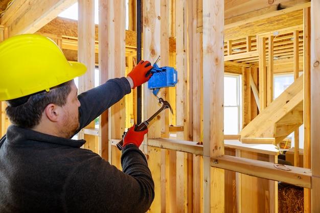 새 집에 전기 콘센트 마운트 설치 작업 프리미엄 사진