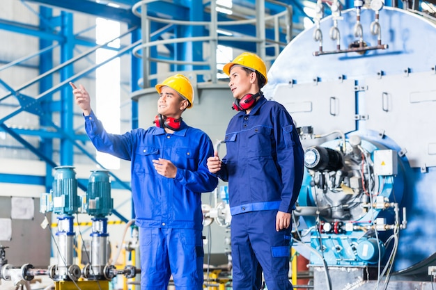 Worker in asian manufacturing plant Premium Photo