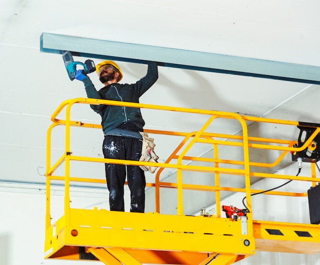 Worker builds a plasterboard wall Premium Photo