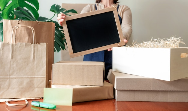 Служба доставки пожертвования упаковка мешок коробка фартук упаковщик рука почтамт Premium Фотографии