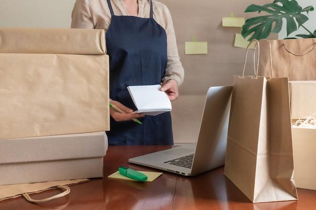 Служба доставки, упаковка, упаковка, коробка, коробка, ноутбук, пк, упаковщик, почтовая заметка Premium Фотографии