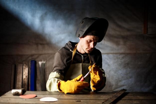 Работник держит плазменное оборудование на металлургическом заводе. Бесплатные Фотографии