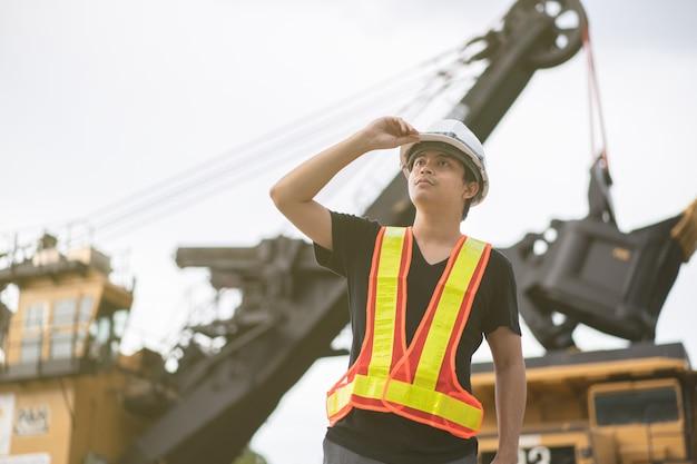 石炭を輸送するトラックでの褐炭または炭鉱の労働者。 Premium写真