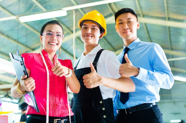 Worker, manager and designer in chinese factory Premium Photo