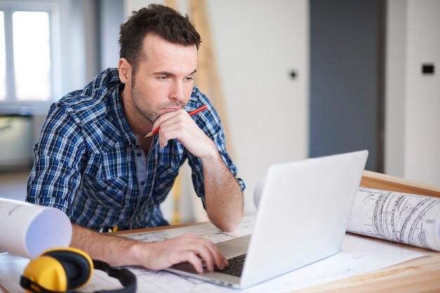 Lavoratore che utilizza un computer portatile in ufficio Foto Gratuite
