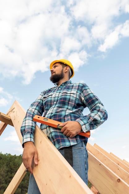家の屋根を建てるレベルの労働者 無料写真