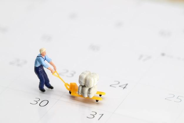 Worker working on calendar Premium Photo