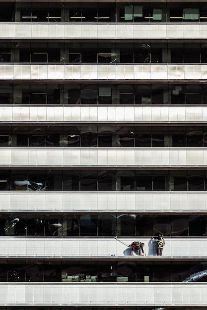 건물 외부를 청소하고 수리하는 근로자 프리미엄 사진