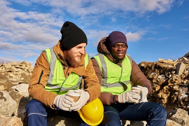 採石場でコーヒーを飲む労働者 Premium写真
