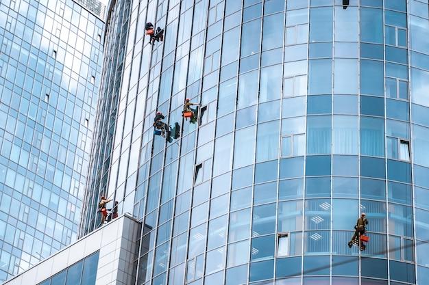 Рабочие моют окна в офисном здании Бесплатные Фотографии