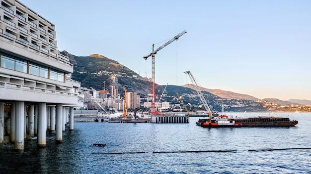 Processo di lavorazione vicino alla costa del mare a monaco Foto Gratuite