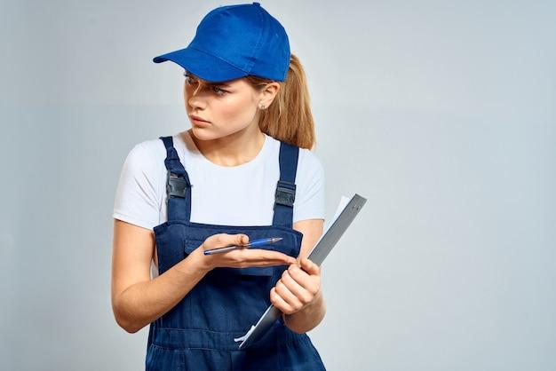 均一な宅配便の配達サービス文書で働く女性。高品質の写真 Premium写真