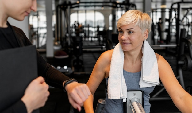 체육관에서 운동 프로그램 트레이너와 클라이언트 무료 사진