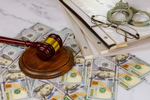 Символ молотка судьи офиса законодательства на рабочем месте на папке с законными документами, полицейскими наручниками Premium Фотографии
