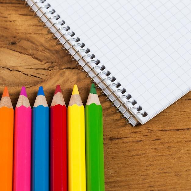 Posto di lavoro. blocco note e matite colorate Foto Gratuite