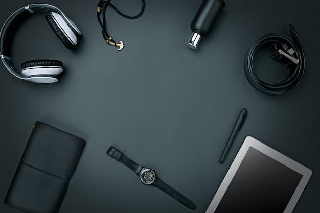 Рабочее место бизнеса. современные мужские аксессуары и ноутбук на черном фоне Бесплатные Фотографии