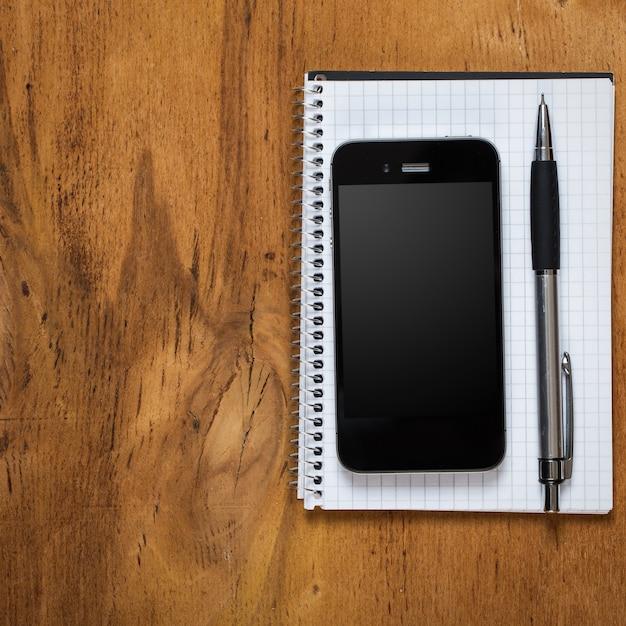 職場。テーブルの上の電話とメモ帳 無料写真