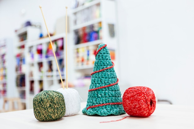 Workshop of how to make a christmas tree with wool Premium Photo
