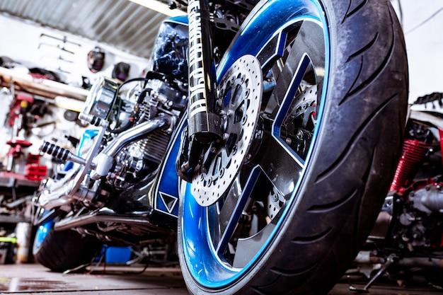 Workshopeのモダンなバイクの詳細。オートバイの排気。 Premium写真