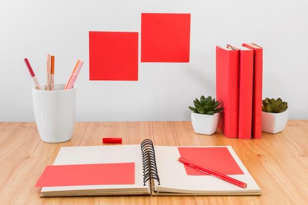 Disposizione dell'area di lavoro con i libri Foto Gratuite