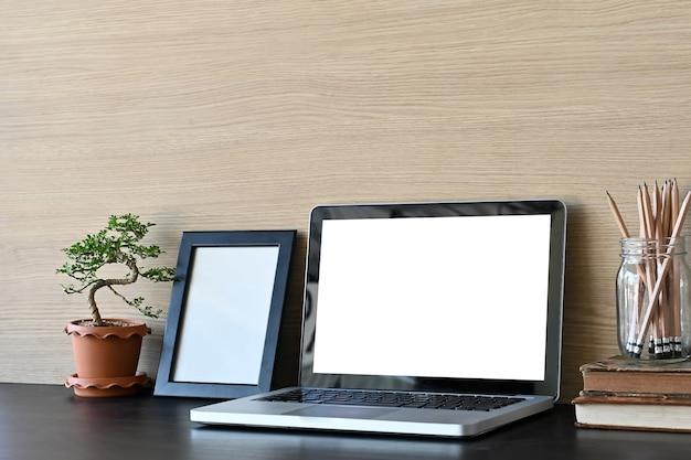Рабочее пространство макет портативного компьютера и канцелярских принадлежностей на рабочий стол и деревянные стены. Premium Фотографии