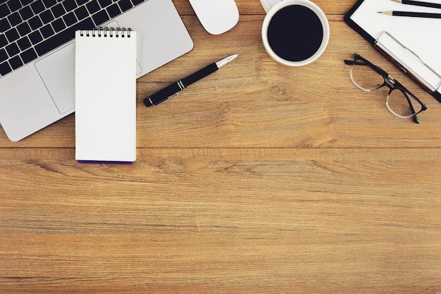 Плоская планировка, вид сверху деревянный рабочий стол workspace Premium Фотографии