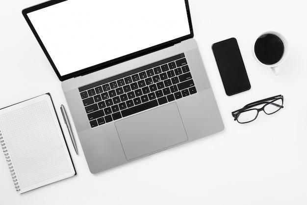最小限のフリーランサーオフィス職場フラットレイトップビューworksplase with laptopノートブックペングラスコーヒーカップ Premium写真