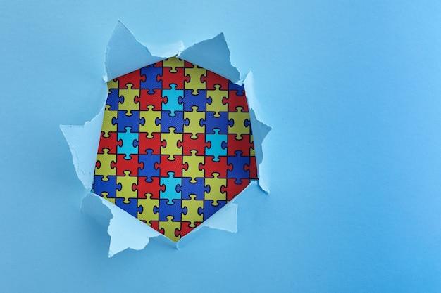 세계 자폐증 인식, 종이 잘라 구멍에 퍼즐 또는 퍼즐 패턴 개념 프리미엄 사진